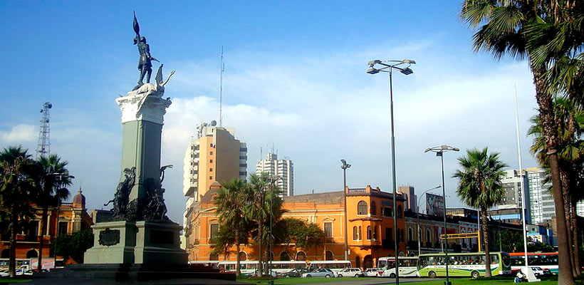 Pasea por la Plaza Bolognesi